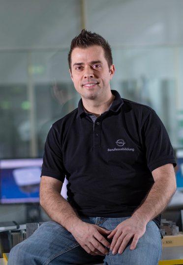 """Seit 20 Jahren bei Opel: Ausbildungsmeister Carsten Zirkelbach hat für die Rüsselsheimer auch schon im Design, in der Vorausentwicklung und """"an der Linie"""" gearbeitet."""