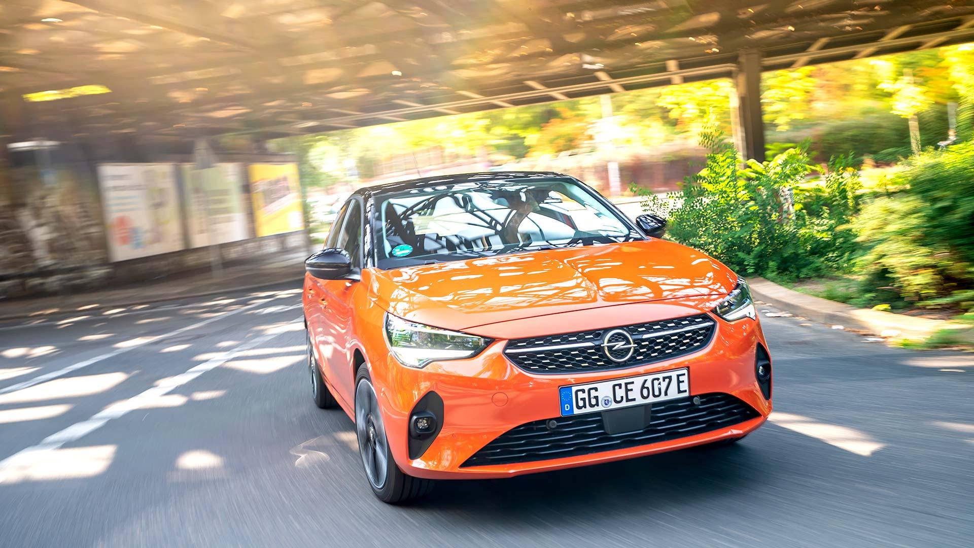 Ein orangefarbener Opel Corsa-e