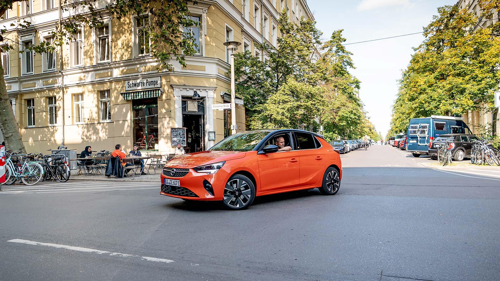 Opel Corsa-e an einer Kreuzung
